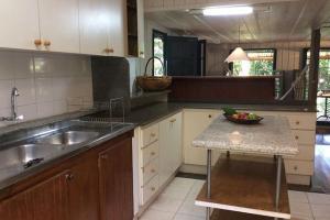 pousada das palmeiras florianopolis bangalo rustico cozinha com pia dupla