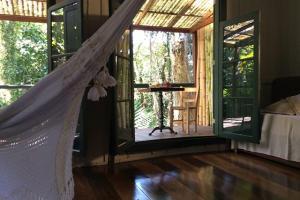pousada das palmeiras florianopolis bangalo rustico sala com varanda e sofa cama